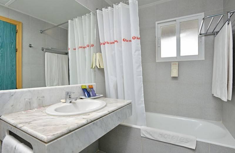 Bathroom Hotel Sol Milanos Pingüinos Son Bou