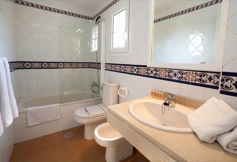 Bathroom Apartamentos Leo San Bruno Isla Canela