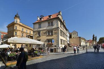 U 3 Pstrosu - Praga